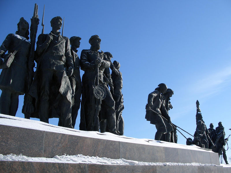 The outter sculptures depict the populace.
