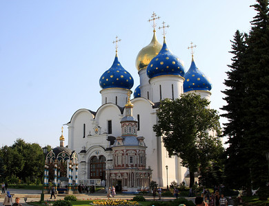 Trinity Monastery of St Sergius, Sergiev Posad - The courtyard in front of Cathedral of the Assumption,with the Assembly Chambers and Chapel-at-the-Well. The Chapel-at-the-Well is built at the end of the 17th century over a spring that is said to have appeared during the Polish siege.