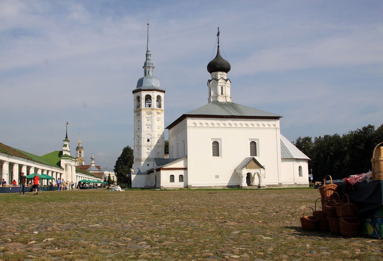 Suzdal - Resurrection Church and Trade (or Market) Square (Russian name, Torgovaya Pl).  On the left side are the Trading Arcades housing a variety of shops and cafes.