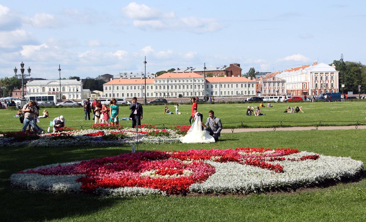 Russian wedding photos in the Admiralty Gardens, St Petersburg.