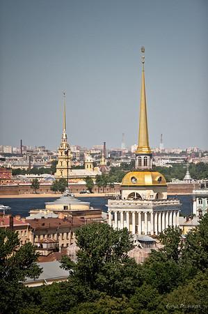 шпиль вдалеке -  Петропавловской крепости, ближе - Адмиралтейства