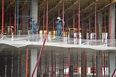 """строители тоже участвуют в """"споттинге""""... на фотографов"""