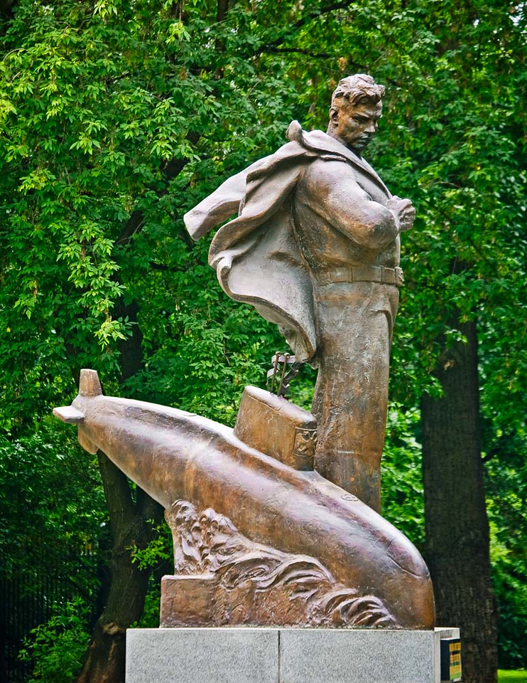 Statue honoring Russian Navy submariners.