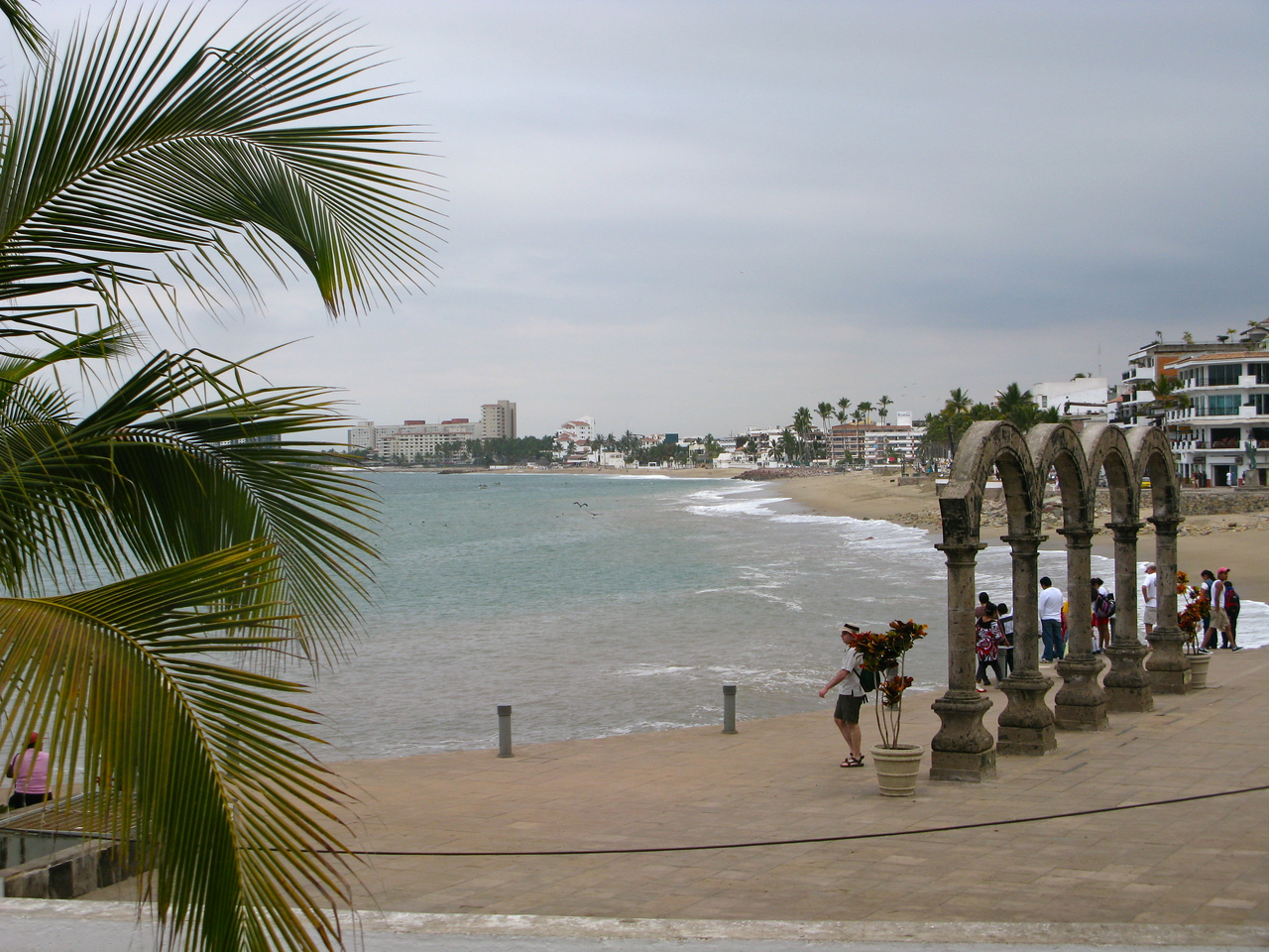 This is the way the Malecon looked with the original arches in 2011 before the renovation.  These supposedly didn't survive, so they rebuilt/recast smaller ones which are now behind the ampitheatre.