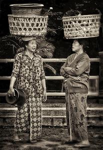 2012-01-17_Bali_DenpensarMkt_2WomenHeadBaskets-2834-mono