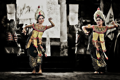 2012-01-21_Bali_JalanPasekan_BarongDance_2WomanDancers-3780-mixed