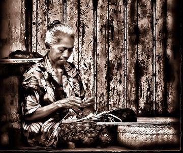 2012-01-17_Bali_DenpasarMkt_OldLadyCrafts-2955-mono3