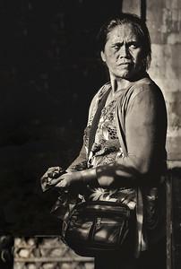 2012-01-17_Bali_DenpensarMkt_SuspiciousWoman-2935-mono