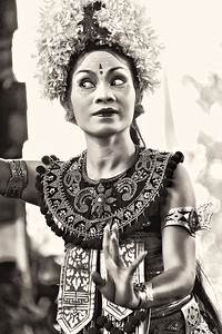 2012-01-21_Bali_BarongDancerFacing_3744-mono