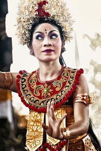 2012-01-21_Bali_BarongDancerFacing_3744-mixed
