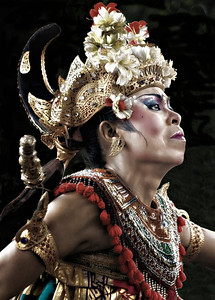 2012-01-21_Bali_JalanPasekan_BarongDance_WomanDancerHead-3811_mixed