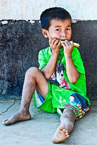 20101226-HmongChildEatingSugarCane-8644