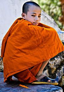 Laos_LuangPrabang_Haunching_NoviceMonk-9609