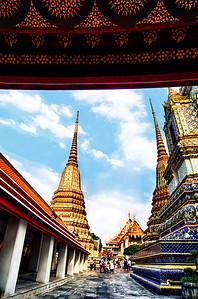 2013-12-23_Bangkok_PhraKeau_Stupas_HDR1390-Distorted