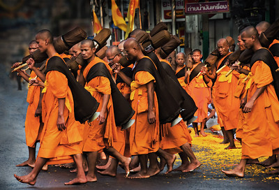 2014-01-02_Bangkok_Sangrit_MonksProcession_MonksCrossing-3987