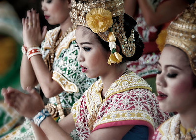 2012-10-27_Bangkok_ErawanShrine_3Dancers-0605-mixed