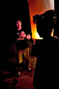 SkyLanternSiblings2012-12-31_Thailand_Chiangmai-3892