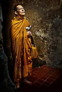 MonkInTunnel_2012-12-26_Thailand_Chiangmai-2983