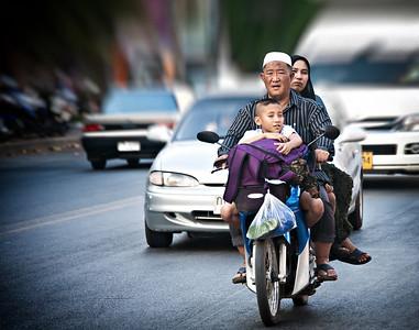 MuslimFamilyScooterRiders_2012-12-19-20_Thailand_Chiangmai-1832-mixed
