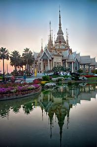 2013-01-02_Wat Luang Pau Toh_watt_exterior_pond_reflection-