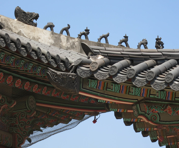 Eunuchs on the roof, guarding against ghosts