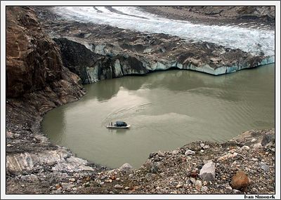 """LEFT CORNER OF SHAKES GLACIER"", the boat is Chutine Warrior/Alaska Waters, Shakes lake, Alaska, USA.-----""LEVY ROH LEDOVCE SHAKES"", clun je Chutine Warrior/Alaska Waters, jezero Shakes, Aljaska, USA."