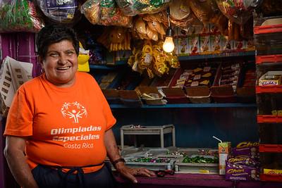 Vendedora ambulante de San José, una escena típica de las calles de la capital.