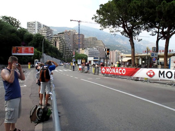 Video - Inigo Cuesta cresting the climb on the individual time trial - Cervelo Test Team.  Racers with their police escort and team cars come through at 1 minute intervals.