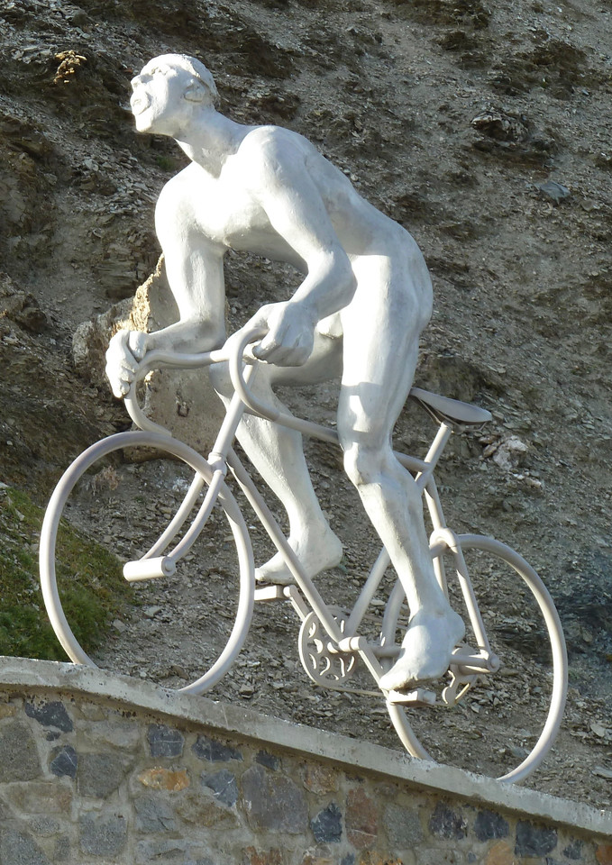 The very famous statue at the top of Col de Tourmalet!!