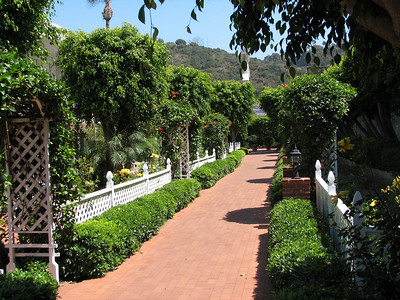 Town and Country Resort Hotel - walkway along courts