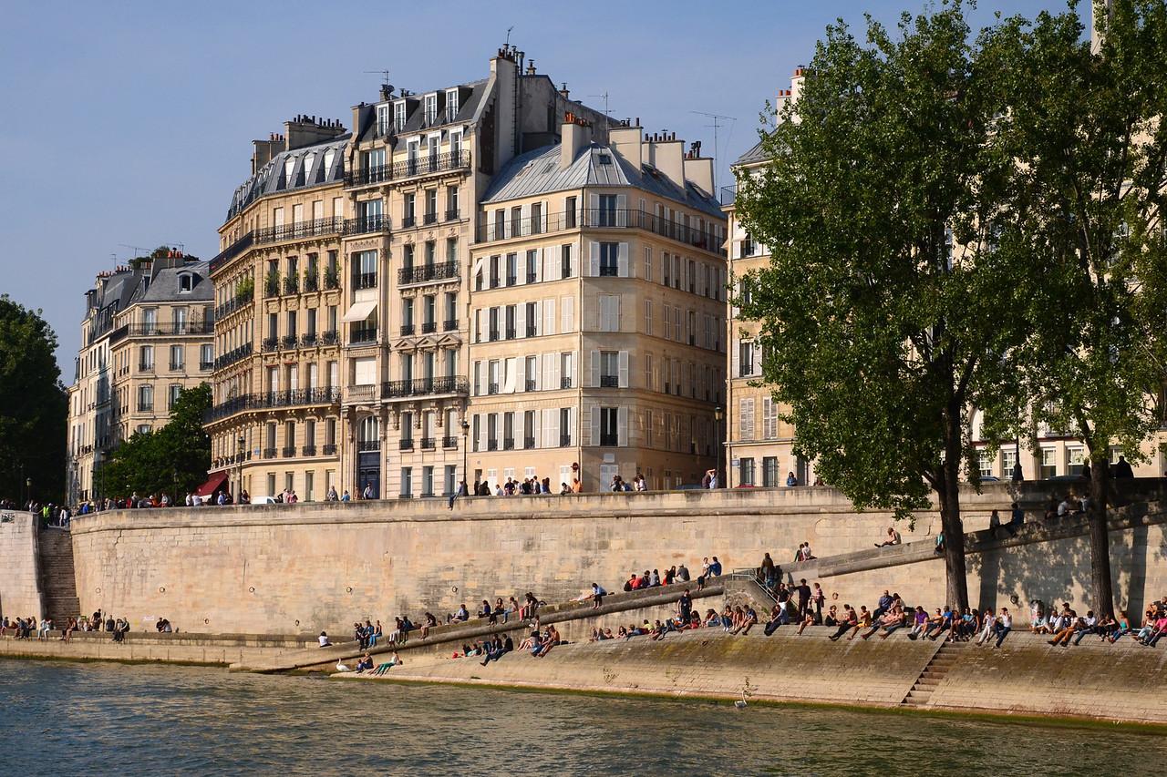 Enjoying the sun on the bank of the Seine