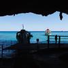 Blick aus der Grotta del Bue Marino auf die anlegenden Boote
