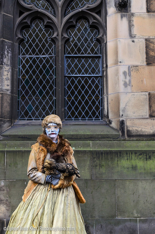 A street performer on the Royal Mile
