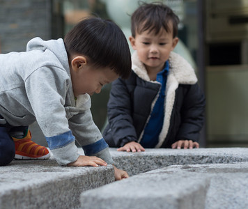 Kids playing at Insadong-gil