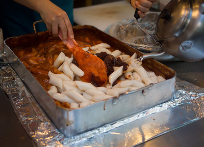 How ddok-pok-ki is made. Rice cakes in red pepper paste which is often featured in Korean dramas. HOT!