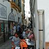 Slike idylliske fortauskafeer var det mange av i Sevilla..