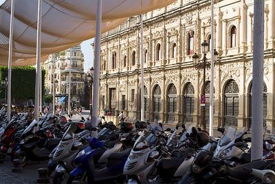 Ayuntamiento con mucho mopeds