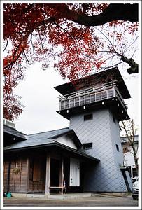A tower overlooking an outdoor hotspring in Shuzenji