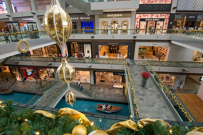 A canal runs through the length of the Shoppes, in the same style as the Venetian in Las Vegas. Sampan rides on the canal are available for guests and shoppers at the shopping mall, similar to the gondola rides available in the Venetian.