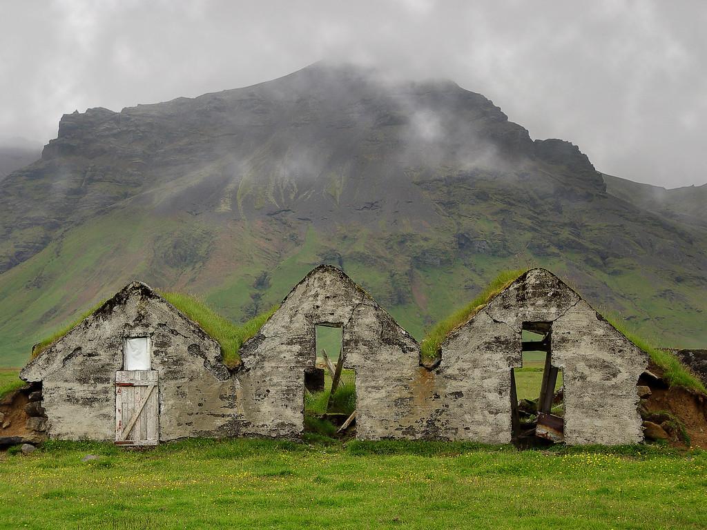Þetta eyðibýli er á leiðinni, við klifruðum yfir rafmagnsgirðingu og tókum myndir af rústunum frá öllum mögulegum áttum.