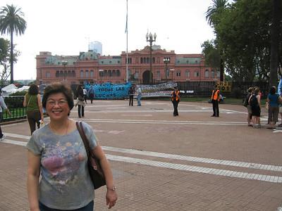 Mom with Casa Rosada.
