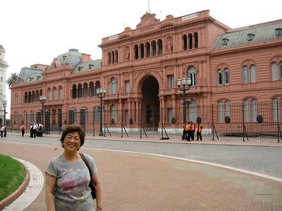 Mom and Casa Rosada.
