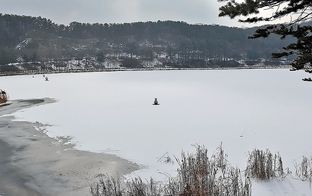 Seolbong Lake in Seolbong Park, Icheon, South Korea.<br /> Icheon is a center of the Korean ceramics industry.