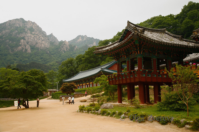 <p>Sinheungsa Temple. Seoraksan National Park, South Korea</p>