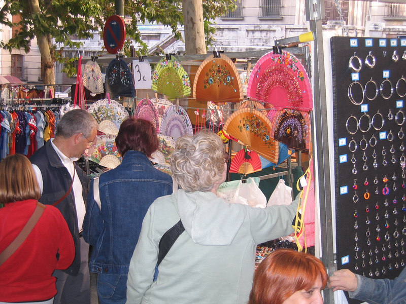 Rose picks out a fan at the Madrid street market