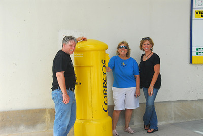 Jerry, Lynn & Sherry posing with a Spanish mail box.  Well, they do/did all work for the post office, so....