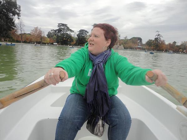 Rowing across the pond at Parque de Retiro