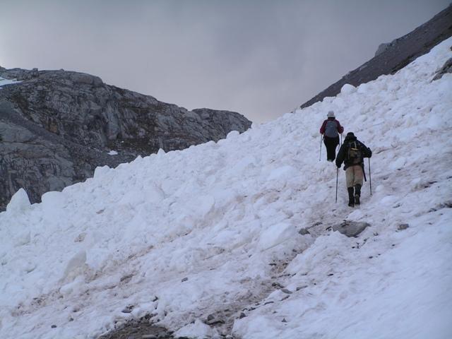 Por la nieve desprendida en los Picos de Europa