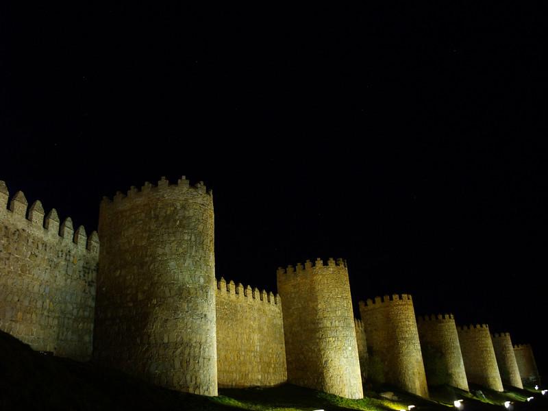 La Muralla románica de Ávila que rodea el casco antiguo de la ciudad está declarada Patrimonio de la Humanidad.