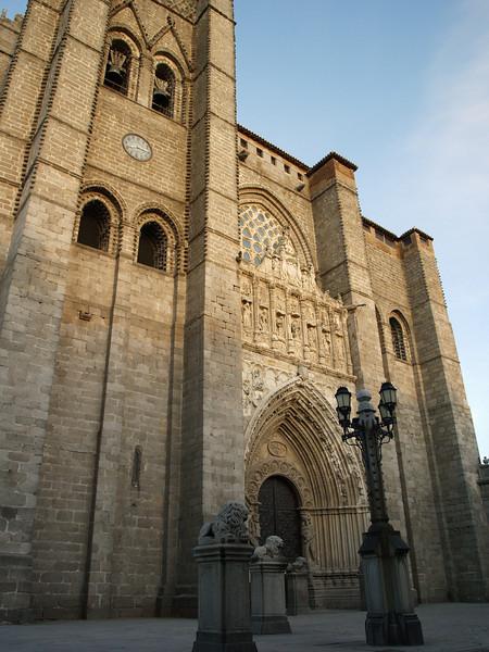 Catedral de Ávila. Consagrada a San Salvador, comenzó a construirse en 1091. Se encuentra adosada a la muralla de tal manera que la línea de muros oriental avanza en semicírculo adaptándose al ábside del templo que forma así un cuerpo con el resto de la fortaleza.